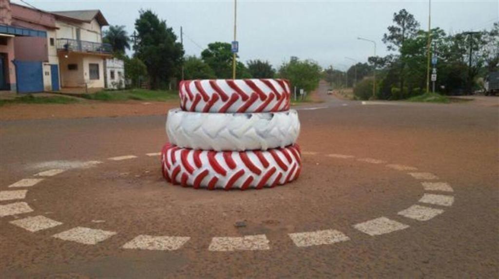 Un intendente hizo una rotonda con tres neumáticos y la inauguró