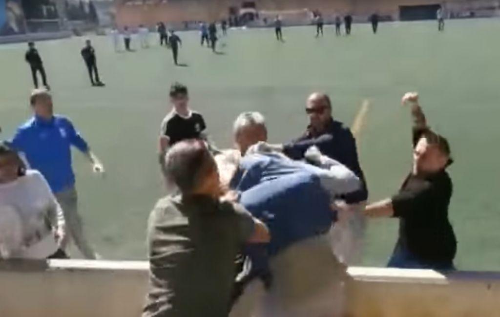 Pelea campal de padres suspende partido infantil en España — Vídeo