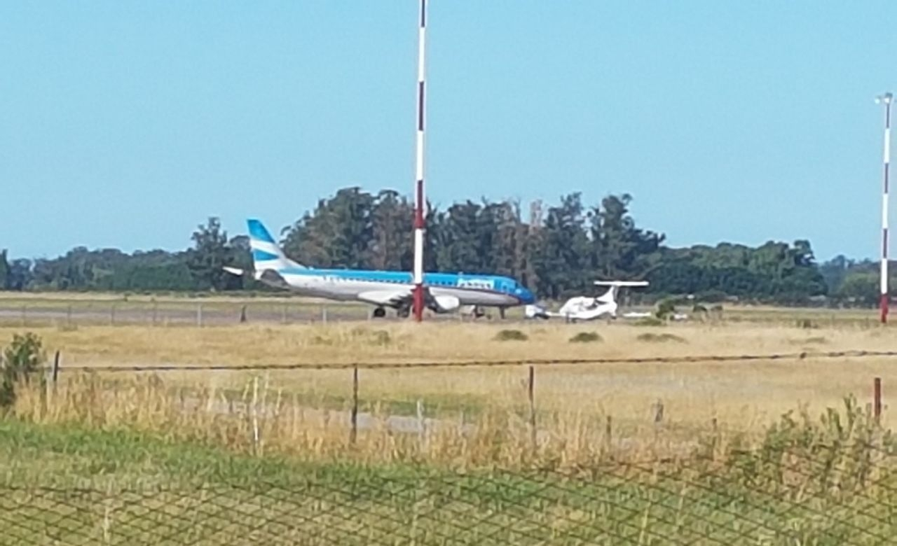 Un avión perdió una rueda y no pudo despegar