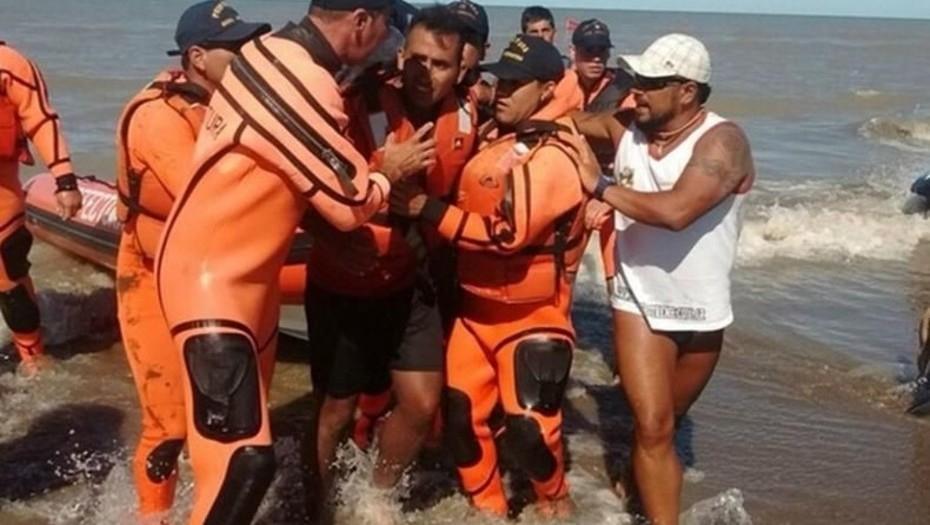 Rescataron a un joven que naufragó dos días en un kayak