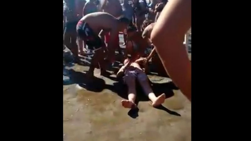 Video: Guardavidas rescataron a una mujer desmayada en la playa