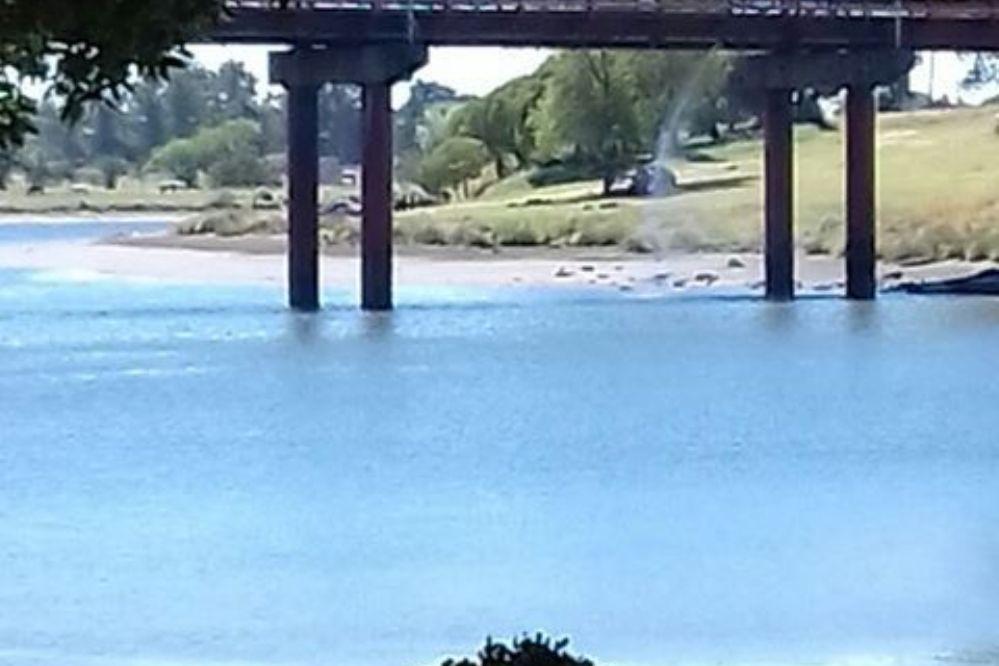 Este miércoles repararán el caño roto del puente Dardo Rocha