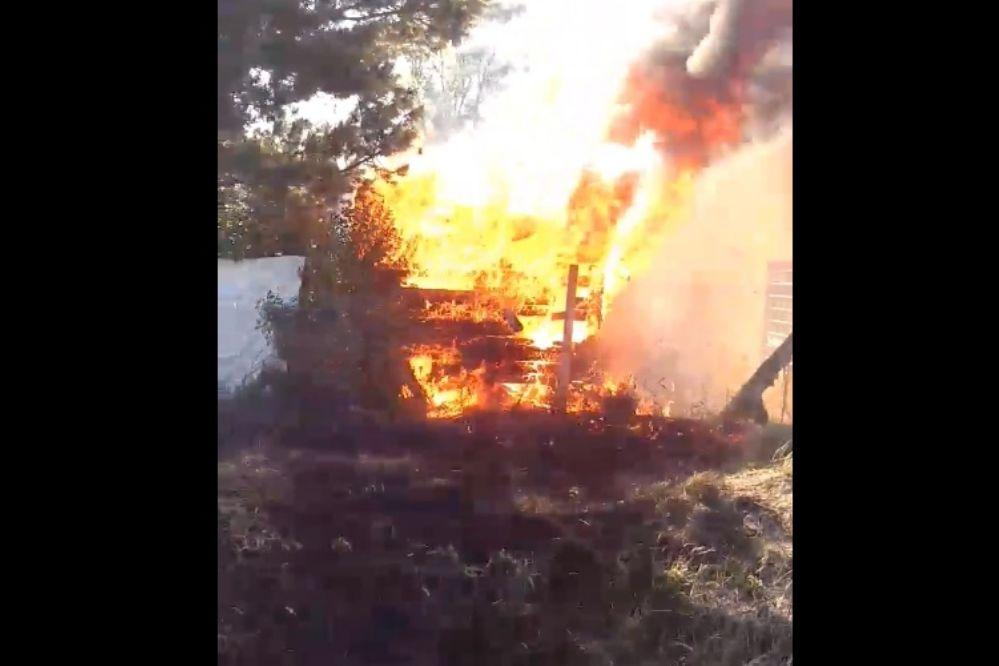 #EnLasRedes: Bomberos apagaron incendio en un galpón