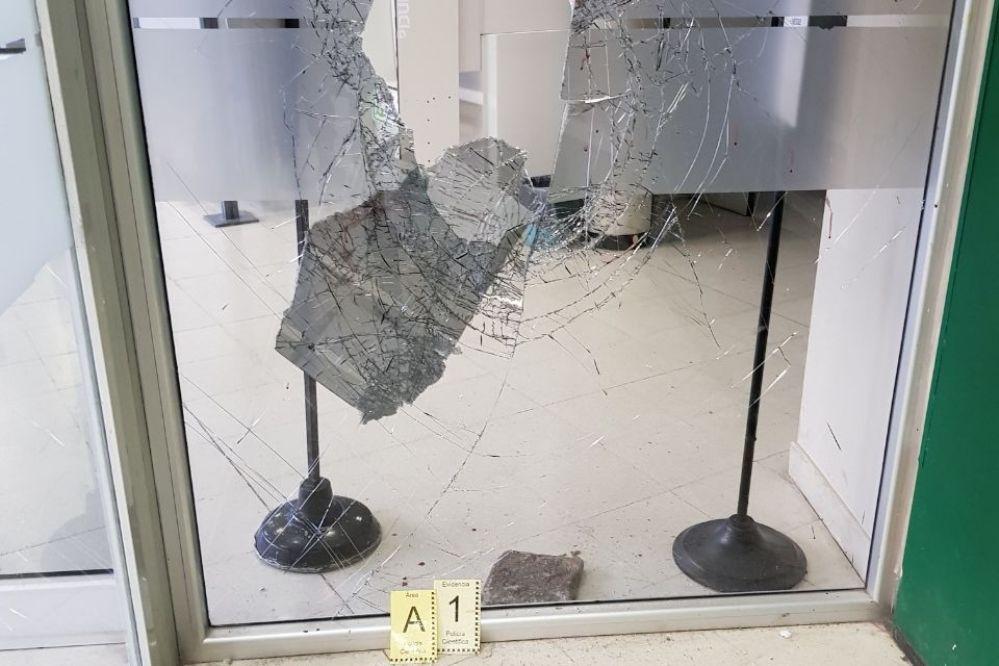 Detenido un menor por romper la vidriera de un banco en el centro