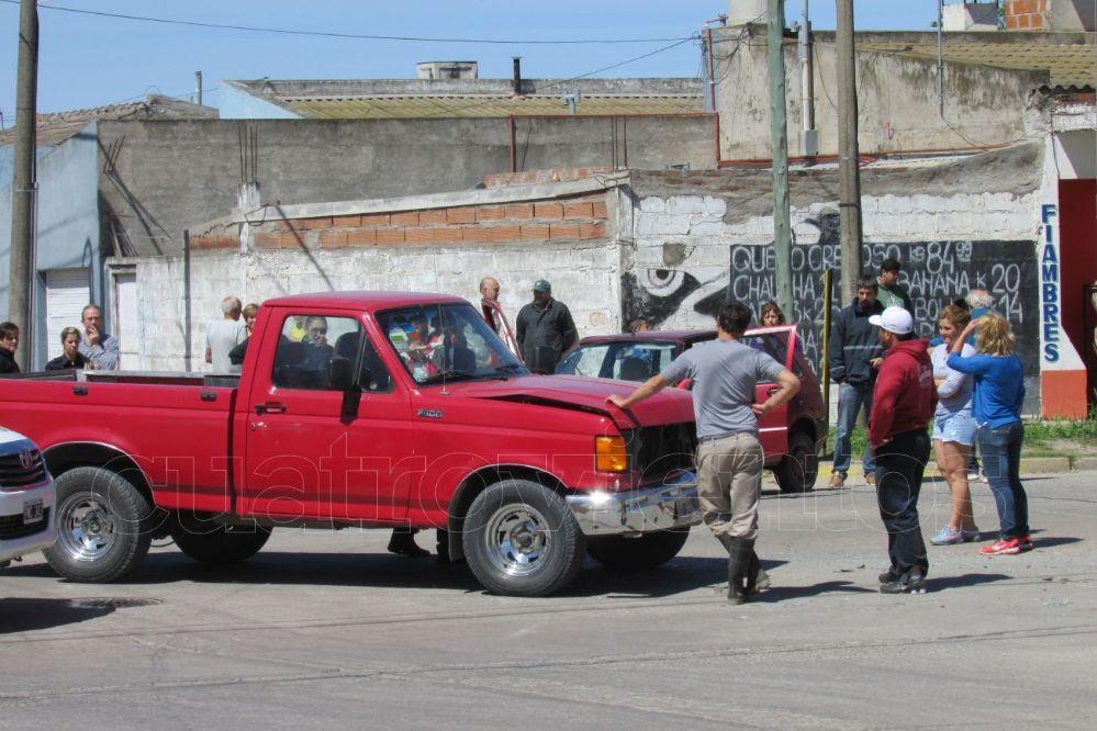 Fuerte choque entre un remisse y una camioneta: Una mujer herida