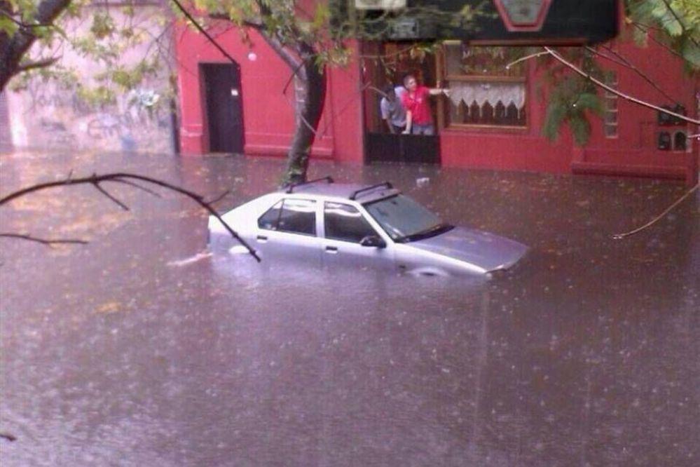 Madre a los gritos: Pidió a su hija que rece porque se le inundaba el auto