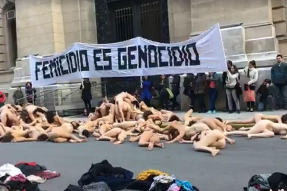 Femicidio es genocidio: 50 mujeres desnudas tiradas en Tribunales