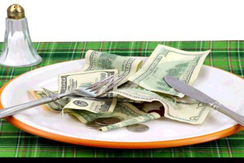 Se tragó 9 mil dólares para no dárselos a su ex pareja