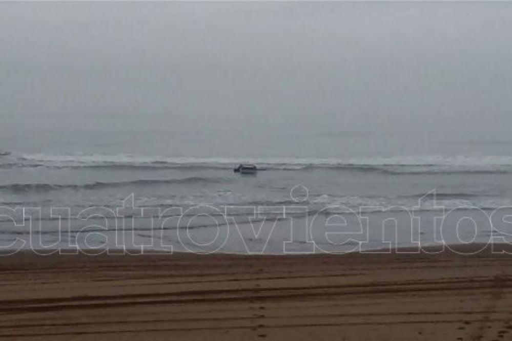 #Wassap4v: Dejaron un auto en la playa y se lo tragó el mar