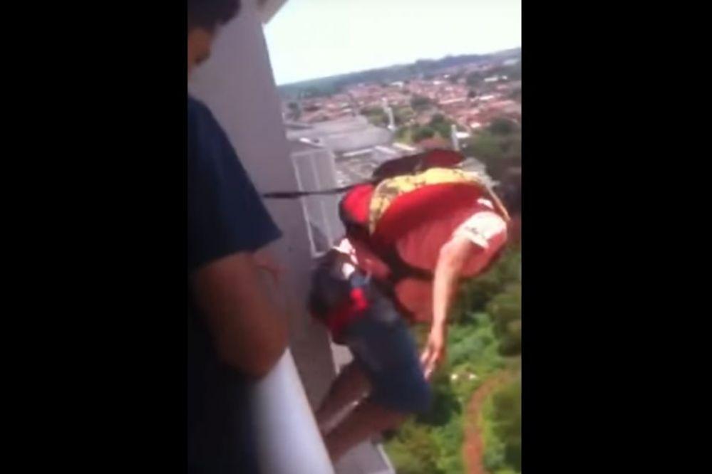 Video: Brasilero se compró un paracaídas y saltó desde el balcón de su departamento