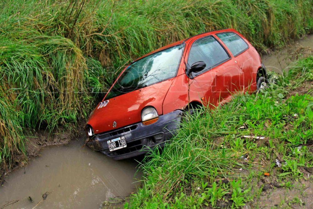 #Wassap4v: Un auto cayó dentro de un zanjón frente al Cementerio