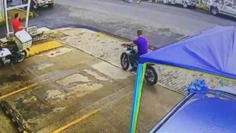 "Video: Asesino al volante hizo una ""Willy"" en su moto y mató a un anciano"