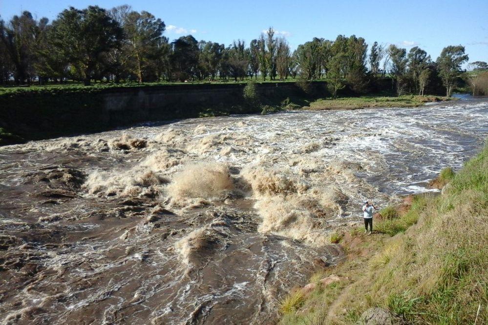 Fotos: Impresionante crecida del Río Quequén en Puente Blanco