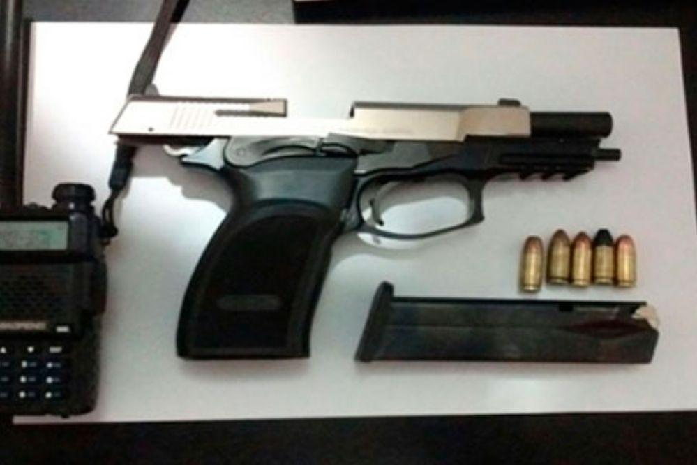 Detienen a una mujer acusada de robar el arma y el handy a un policía