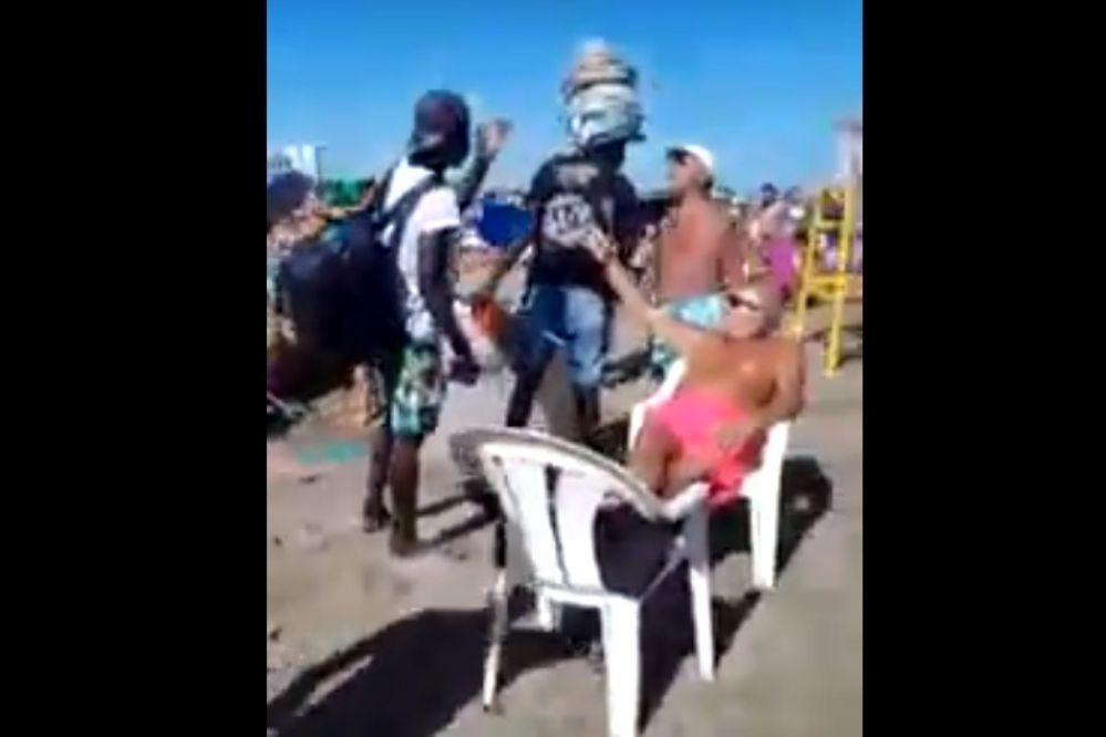 Video: Escándalo en la playa por agresión a vendedores ambulantes extranjeros
