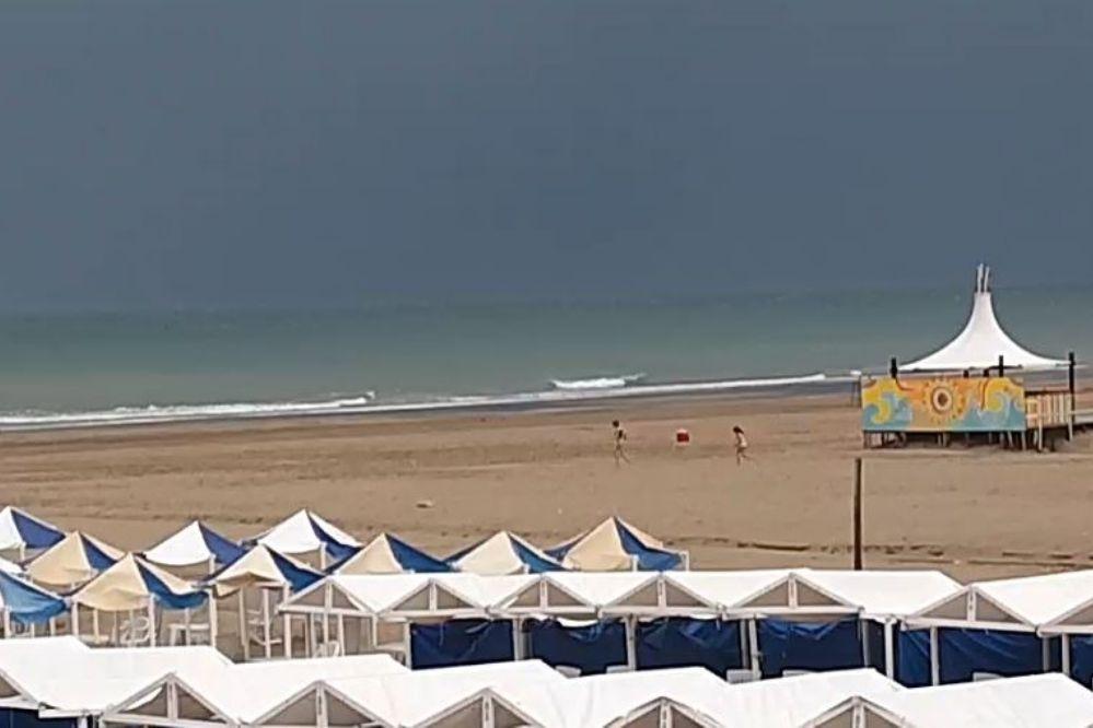 Una gran tormenta ahuyentó a todos los bañistas de la playa