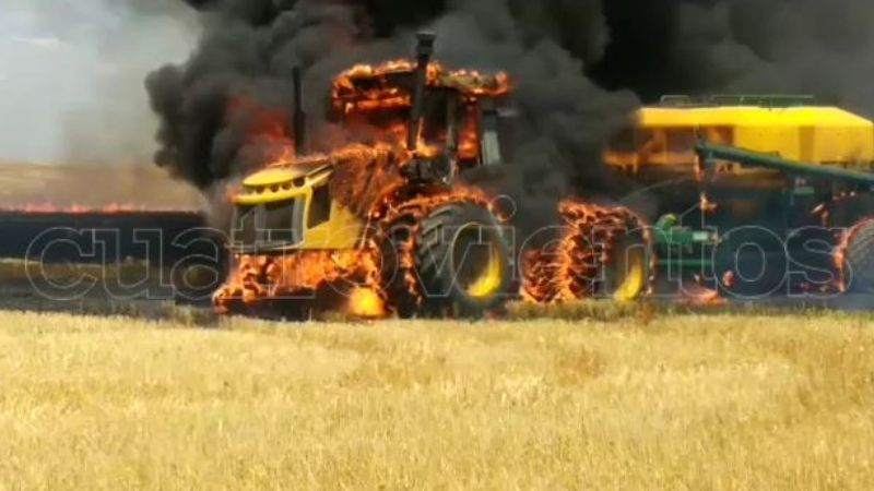 Video: Incendio en un campo devoró un tractor